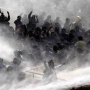 Die Polizei ging mit Tränengas und Wasserwerfern gegen die aufgebrachte Menge vor, die versucht hatte, Absperrungen auf dem Weg zum Präsidentenpalast zu überwinden.