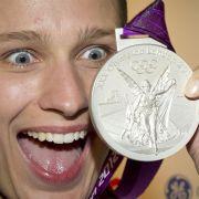 Die deutsche Premiernmedaille in London: Britta Heidemann präsentiert das erste Edelmetall für das deutsche Olympia-Team.