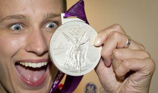 Die deutsche Premiernmedaille in London: Britta Heidemann präsentiert das erste Edelmetall für das deutsche Olympia-Team. (Foto)