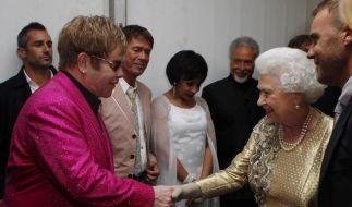 Die Queen backstage: Zu Ehren des 60. Thronjubiläum von Elizabeth II. spielten Rockstars wie Elton John, Paul McCartney, Steve Wonder und Tom Jones ein Konzert vor dem Buckingham Palast. (Foto)