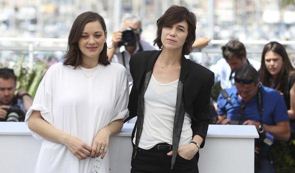 Die Schauspielerinnen Marion Cotillard und Charlotte Gainsbourg bei der Eröffnungsfeier der 70. Filmfestspiele in Cannes am 17. Mai 2017. (Foto)