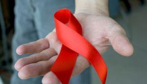 Die rote Schleife erinnert an den HI-Virus, mit dem 70.000 Deutsche infiziert sind. (Foto)