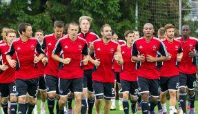 Die Spieler vom 1. FC Nürnberg laufen sich beim Training warm. (Foto)
