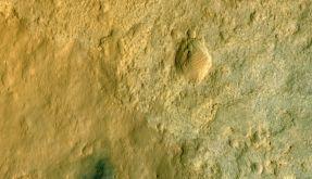 Die Staubwolke rund um «Curiosity» wurde mit Blautönen künstlich verstärkt. (Foto)