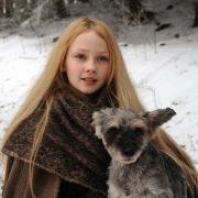 Das Sterntalerkind Mina (Meira Durand) hat einen kleinen sprechenden Gefährten, den Hund Herr Flix.