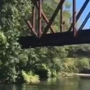 Augenzeuge filmte alles! Mann wirft 4-Jährigen von 8-Meter-Brücke (Foto)