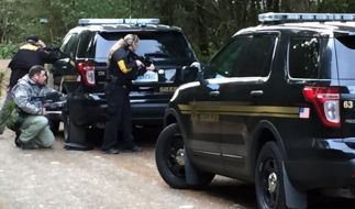 Die US-Polizisten bei ihrem Einsatz. (Foto)