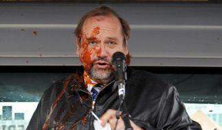 Die Wut der Duisburger auf ihren OB entlädt sich bei einer Ketchup-Attacke. Jetzt steht Sauerland ni (Foto)