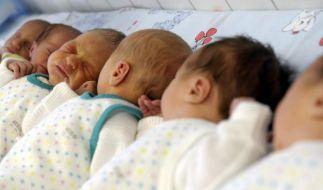 Die Zahl der Kinder pro Frau ist im vergangenen Jahr leicht zurückgegangen. (Foto)