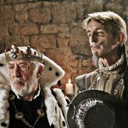 König Karl (Dieter Hallervorden, links) ahnt nicht, dass sein intriganter Hofmeister (Andreas Schmidt) sich Hoffnung auf den Thron macht.