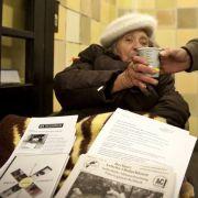Diese alte Dame wird am Berliner Nollendorfplatz mit heißem Tee versorgt.