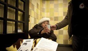 Diese alte Dame wird am Berliner Nollendorfplatz mit heißem Tee versorgt. (Foto)