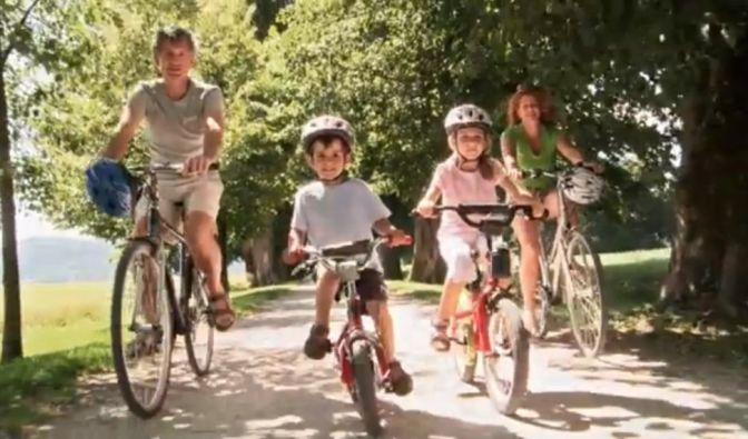 Diese Familie radelt sowohl durch das Wahlvideo der Liberalen als auch durch das der Nationalen. (Foto)