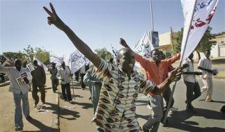 Diese Sudanesen demonstrieren für eine Wahlrechtsreform. (Foto)