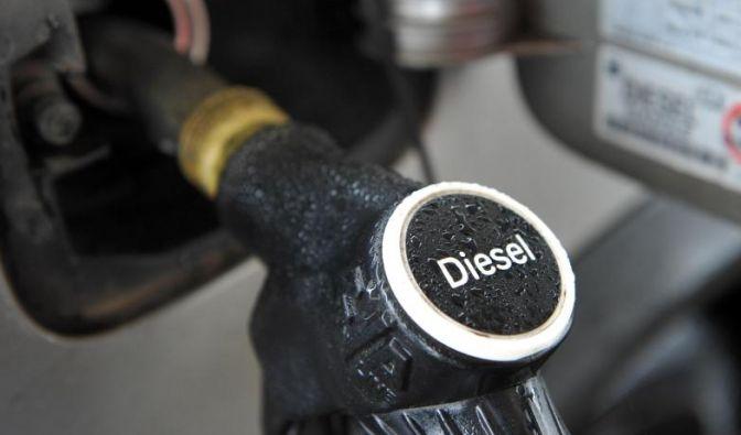 Man kann Benzin die Läuse herausführen