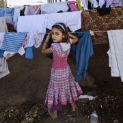 Dieses Mädchen ist mit ihrer Familie in einem Flüchtlingslager in der Türkei untergekommen. Mindestens 300.000 Syrer haben ihr Land verlassen.
