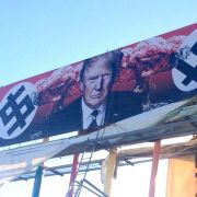Dieses Trump-Plakat sorgt für Ärger. (Foto)