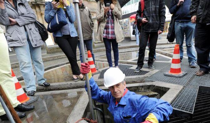 documenta-Künstler Hoheisel reinigt Brunnen in Kassel (Foto)