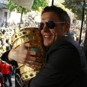 Den Pokal gibt er nicht mehr her: BVB-Käpt'n Sebastian Kehl bei der Meisterfeier in Dortmund.