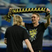 Dortmunds Kapitän Sebastian Kehl mit Siegershirt und Final-Schal.