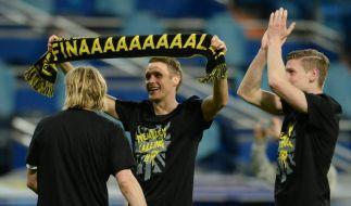 Dortmunds Kapitän Sebastian Kehl mit Siegershirt und Final-Schal. (Foto)