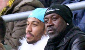 Dortmunds Pierre-Emerick Aubameyang sitzt mit einer weißen Fellweste auf der Tribüne. (Foto)
