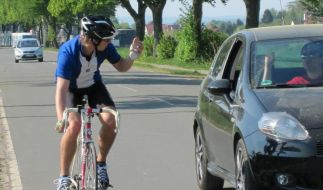 Drängelei: Autofahrer und Rennradler im Clinch (Foto)