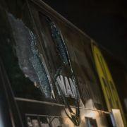 Drei Explosionen hatten eine Scheibe des Busses zum Bersten gebracht.