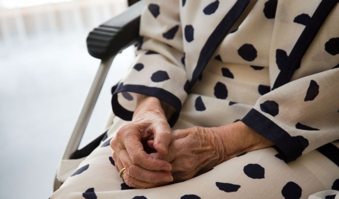 Drei Mal soll sich der 19-Jährige an der Rentnerin vergangen haben. (Symbolbild) (Foto)