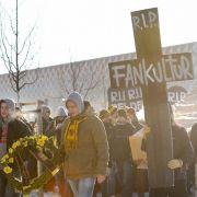 Dresdner Fans ziehen vor dem Spiel gegen Bochum durch die Innenstadt.
