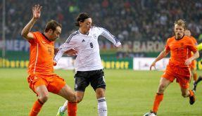 Duell der Ausrüster: Mesut Özil (rechts, in Adidas-Trikot und Nike-Schuhen) gegen Joris Mathijsen (Adidas-Schuhe und Nike-Trikot). (Foto)