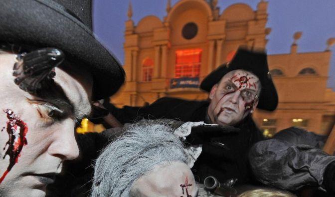 Düstere Gestalten, Vampire und Geister bevölkern zu Halloween die deutschen Freizeitparks. (Foto)