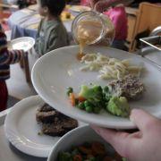 Durch offenbar verunreinigtes Essen sind deutschlandweit tausende Kinder und Jugendliche erkrankt, darunter 400 in Berlin.