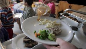 Durch offenbar verunreinigtes Essen sind deutschlandweit tausende Kinder und Jugendliche erkrankt, darunter 400 in Berlin. (Foto)