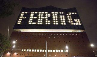 """Durch unterschiedlich beleuchtete Fenster ist auf einer Fassade der Elbphilharmonie am 31.10.2016 in Hamburg das Wort """"Fertig"""" zu lesen. (Foto)"""