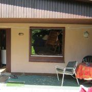 Durch dieses Fenster war die Kuh gesprungen. Offenbar hatte sie sich vor ihrem eigenen Spiegelbild erschrocken.