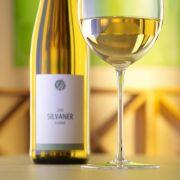 Edler Rebsaft aus Rheinhessen wie Riesling oder Silvaner lässt die Herzen von Weinkennern höher schlagen.