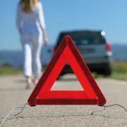 Egal ob bei einer Panne oder nach einem Unfall: Das Warndreieck muss in einer ausreichenden Entfernung aufgestellt werden. (Foto)