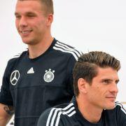 Eigentlich verstehen sich die beiden Nationalspieler Lukas Podolski (l.) und Mario Gomez sehr gut. (Foto)