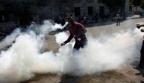 Ein ägyptischer Demonstrant wirft einen Tränengaskanister. (Foto)