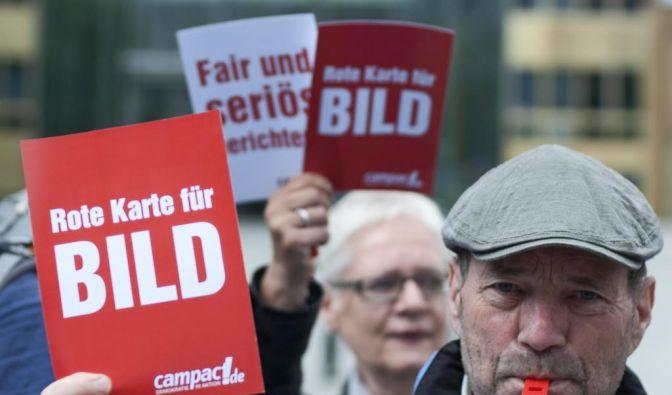 Ein Aktivist des Kampagnenetzwerks campact zeigt der Bild-Zeitung während einer Protestaktion gegen deren Gratis-Verteilung die rote Karte. (Foto)