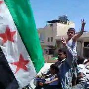 Ein Amateurvideo aus Syrien zeigt Rebellen, die sich schon über einen Sieg gegen das Assad-Regime freuen.