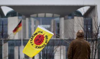 Ein Atomkraftgegner vor dem Kanzleramt in Berlin. (Archivbild)Ein Atomkraftgegner vor dem Kanzleramt (Foto)