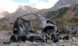 Ein ausgebrannte Auto hoch oben in den Allgäuer Bergen lässt die Polizei weiter rätseln. (Foto)