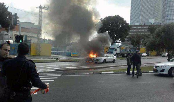Ein Auto brennt in Folge der Explosion. Die Bombe könnte dem Chef einer kriminellen Bande gegolten haben. (Foto)