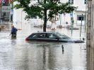 Ein Auto steht in Passau im Hochwasser der Donau. In der Stadt ist Katastrophenalarm ausgerufen worden. (Foto)