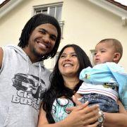 Ein Bild aus glücklicheren Zeiten: Breno 2009 mit Frau und Kind vor seinem Haus in München-Grünberg.