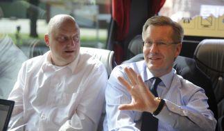 Ein Bild aus besseren Tagen: Niedersachsens damaliger Ministerpräsident Christian Wulff und sein Regierungssprecher Olaf Glaeseker. (Foto)