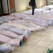 Ein von der syrischen Bürgerplattform Houla Media Center auf Facebook publiziertes Foto zeigt mit weißen Tüchern abgedeckte Leichen.
