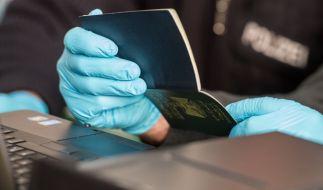 Ein Bundespolizist überprüft am 16. Januar 2016 in der Clearingstation der Bundespolizei in Passau einen irakischen Pass. (Foto)